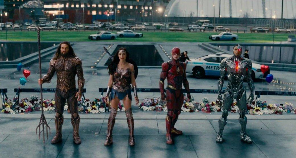 16ноября вышла «Лига справедливости», многострадальный тим-ап супергероев киновселенной DC, который прошел через производственный ад, смену режиссера иобщего тона фильма, обширные досъемки имонтажную резню, пытавшуюся вместить некогда трехчасовой фильм (который изначально был лишь первой частью дилогии) вдвухчасовой лимит, которым внезапно решила ограничиться студия.