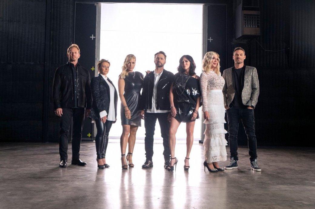 Закончился первый сезон BH90210— перезапуска культового сериала 90-х «Беверли-Хиллз, 90210». Новинка изшести серий оказалась неклассическим возрождением старого телешоу, апопыткой подать возвращение постаревших кумиров спомощью самоиронии инеожиданной концепции «сериала всериале». Что изэтого вышло, читайте ниже.