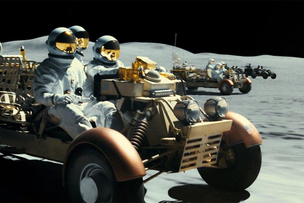 26сентября наэкранах российских кинотеатров появится фантастическая лента «Кзвездам» (AdAstra). Астронавт, сыгранный Брэдом Питтом, отправляется напоиски отца, затерянного вкосмосе.