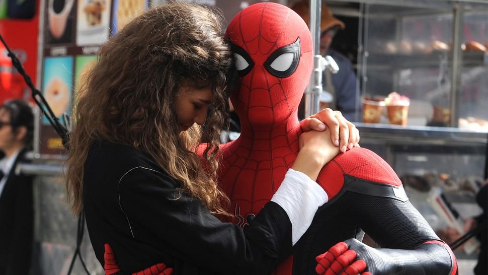 Том Холланд пытается отнять маску Человека-паука и делает сальто в шоу Джимми Киммела