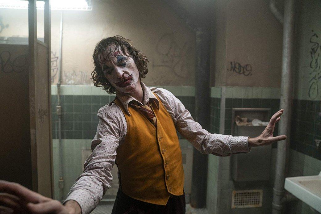 «Джокер»(Joker) однозначно можно признать одним изсамых успешных фильмов срейтингом R(18+). Заполтора месяца онсобрал почти миллиард долларов впрокате. Если вас все еще неотпустило впечатление отфильма, томыпредлагаем вам подборку кинокартин, так или иначе его напоминающих.