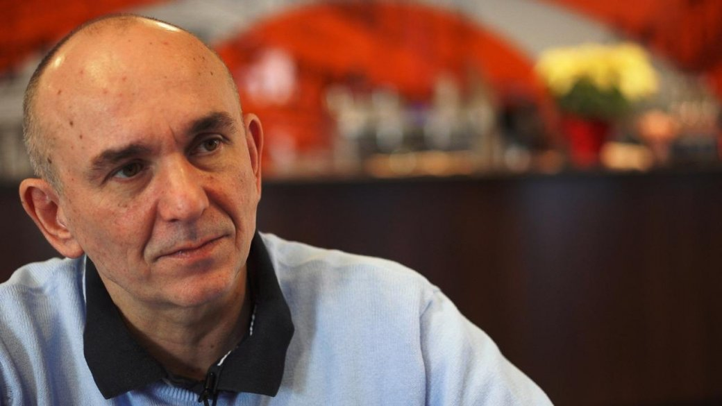 Питер Мулинье раздумывал о пенсии, но продолжил играть в бога
