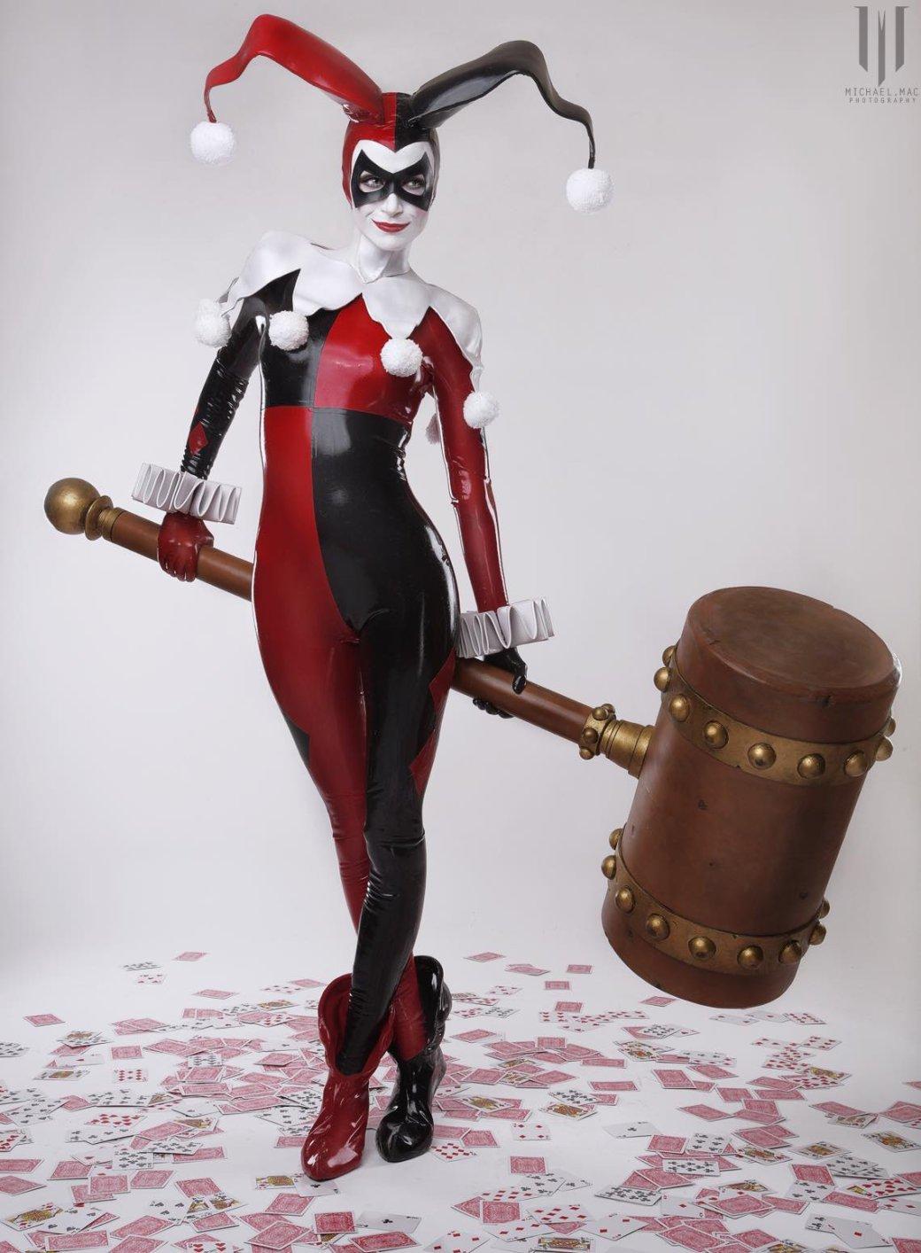Косплей дня: очаровательная Харли Квинн в классическом костюме