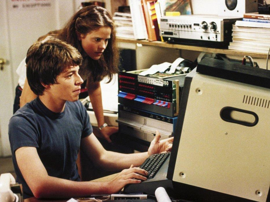 """Ктеме хакеров ипрограммистов вкино можно подходить сразных углов— триллер, драма, комедия, фантастика. Вэтом материале мысобрали все достойные фильмы овысоких компьютерных технологиях иблестяще владеющих ими людях— неважно, какого жанра картина, где икогда происходит еедействие. Вкачестве бонуса мырасскажем олучших сериалах ианиме охакерах итехнологиях. Большая часть материалов— втом числе отаких культовых фильмах, как «Трон», «Отель """"Новая роза""""», «Тихушники» и«Военные игры»— публикуется на«Канобу» впервые."""