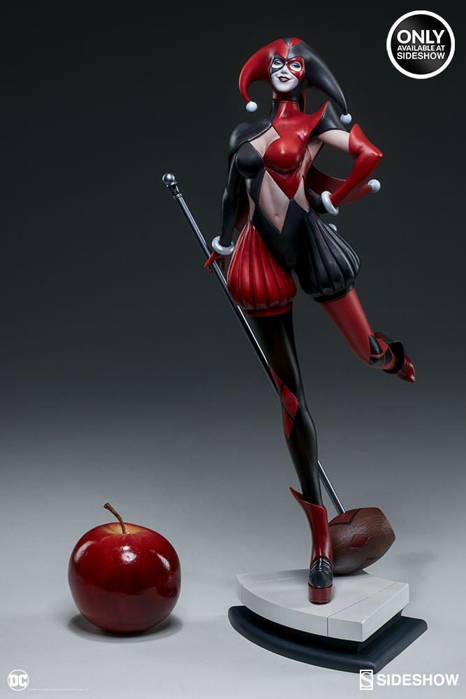 Классический костюм отлично подчеркивает фигурку Харли Квинн