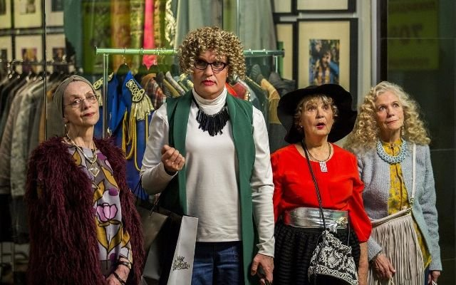 Критики о фильме «Бабушка легкого поведения»: не «Тутси», но смешно