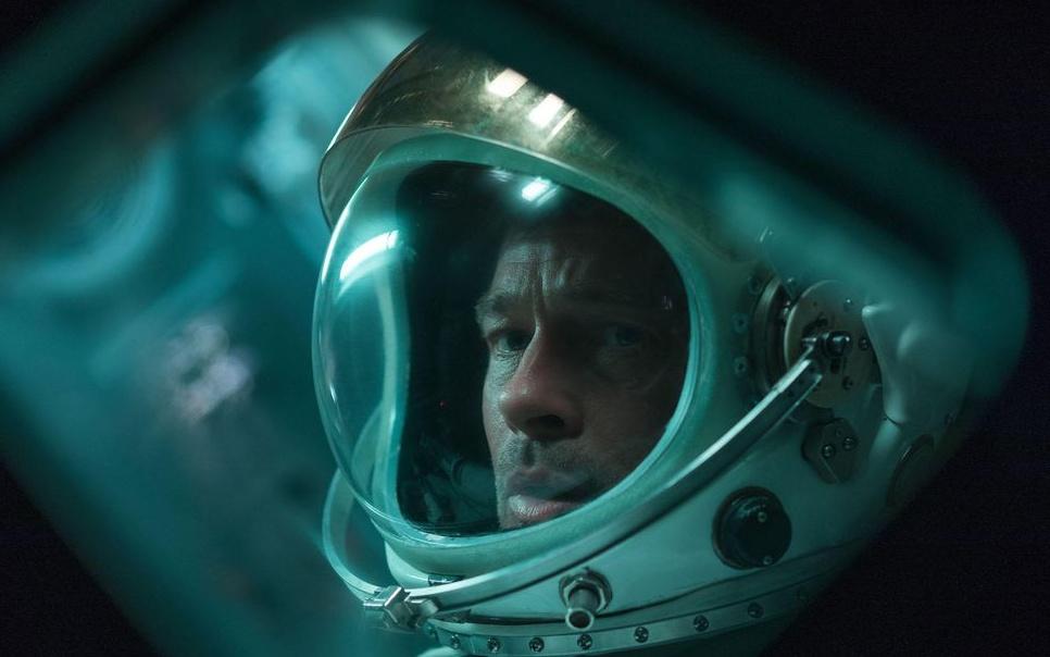 26сентября вышла фантастическая драма «Кзвездам». Брэд Питт играет астронавта, отправляющегося набазу наорбите Плутона, где его отец занимался поиском признаков внеземных цивилизаций, пока неперестал выходить насвязь.