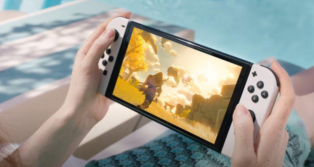 Nintendo анонсировала новую версию гибридной Switch. Отличий оторигинальной консоли немного: улучшенные динамики, широкая подставка для вертикального размещения устройства иLAN-порт вдок-станции. Но, пожалуй, главное исамое заметное нововведение— 7-дюймовый OLED-дисплей. Ипоскольку обновлённая платформа Nintendo может похвастаться только экраном, именно его мыирешили сравнить сэкранами мобильных устройств, также подходящих для видеоигр.