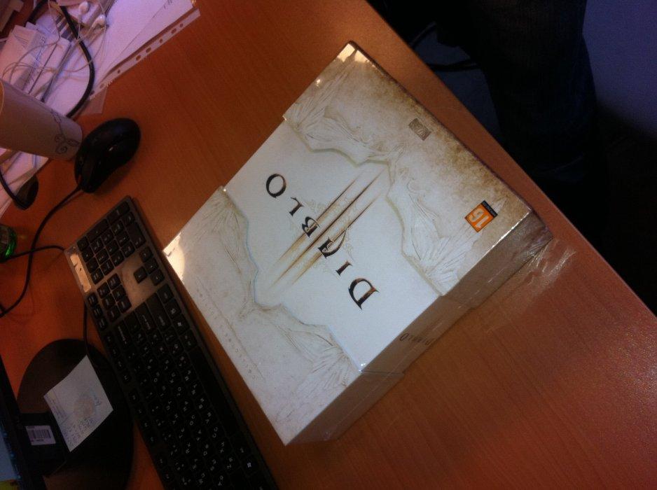 Коллекционка @[Diablo III](game:142) - удивительно жирная для российского рынка; последний раз подобную по насыщенности коробку мы распаковывали в ноябре, когда в редакцию приехал подарочный @[The Elder Scrolls 5: Skyrim](game:8130). Давайте же посмотрим, что прячет от нас дьявол. А вы пока готовьте деньги. 5990 рублей - но оно того стоит!
