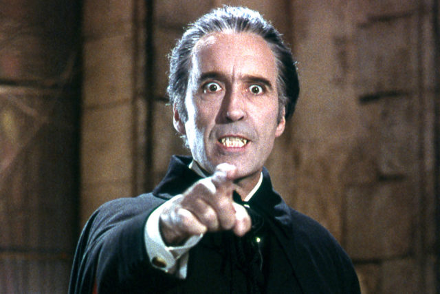 4января наNetflix появятся все 3 эпизода британского сериала «Дракула» (Dracula), стартовавшего наBBC 1января. Всвязи сэтим событием мырешили вспомнить лучшие версии знаменитого вампира вкино— выдержатли они сравнение сДракулой отсоздателей «Шерлока»?