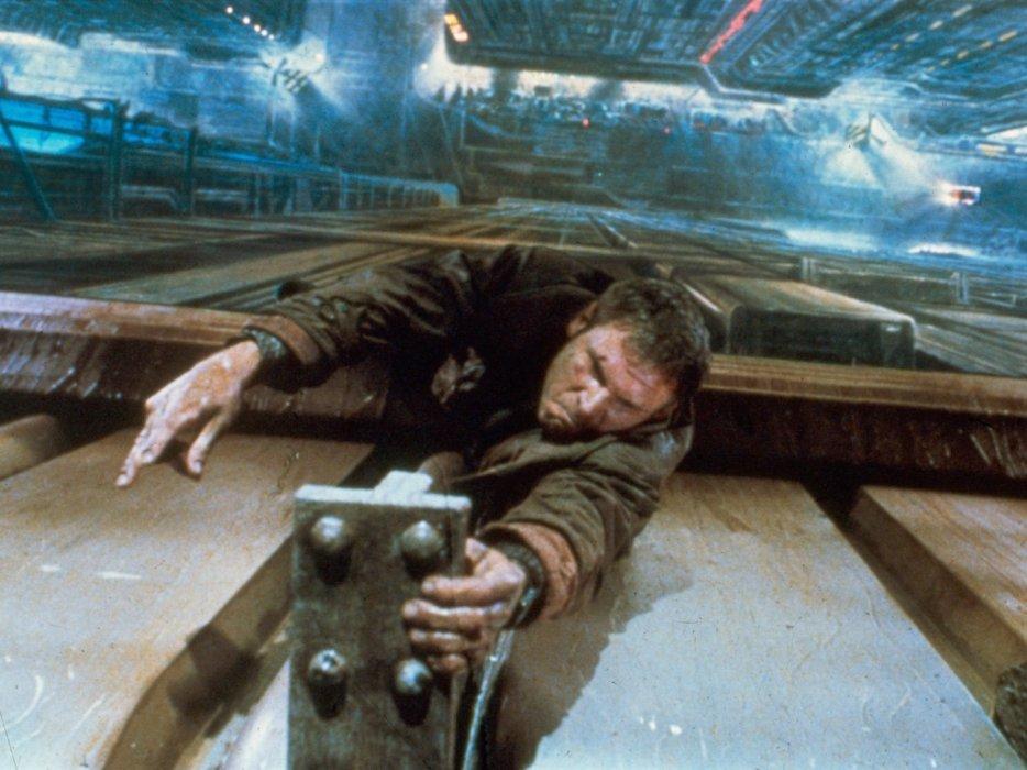 Ноябрь 2019 года— время действия гениального фильма Ридли Скотта Blade Runner, известного унас как «Бегущий полезвию» (накассетах— «Бегущий полезвию бритвы»). Всвязи сэтим «Канобу» публикует улучшенную идополненную серию материалов, посвященных великой картине. Первый текст— овлиянии Blade Runner намассовую культуру, воригинале опубликованный всентябре 2017 года послучаю скорой премьеры Blade Runner 2049.
