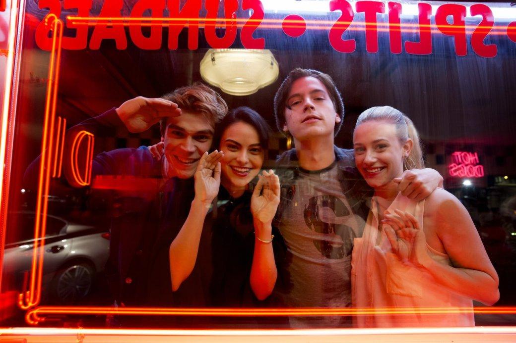 17мая состоится финал второго сезон сериала «Ривердейл», рассказывающего онеспокойной жизни маленького американского городка, где из-за ряда происшествий начинается хаос, агруппа подростков оказывается вцентре внимания. Вэтом материале ярасскажу, почему сериал The CWнаоснове оригинальных стрипов Archie Comics действительно стоит посмотреть— даже если вынеслышали обэтом комиксе.