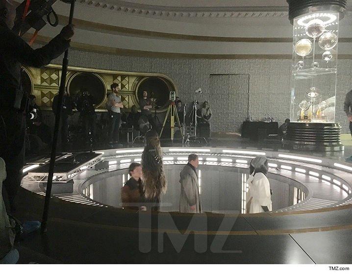 Кто пустил на съемки ходячий ковер? Новое фото Чуи из «Хана Соло»