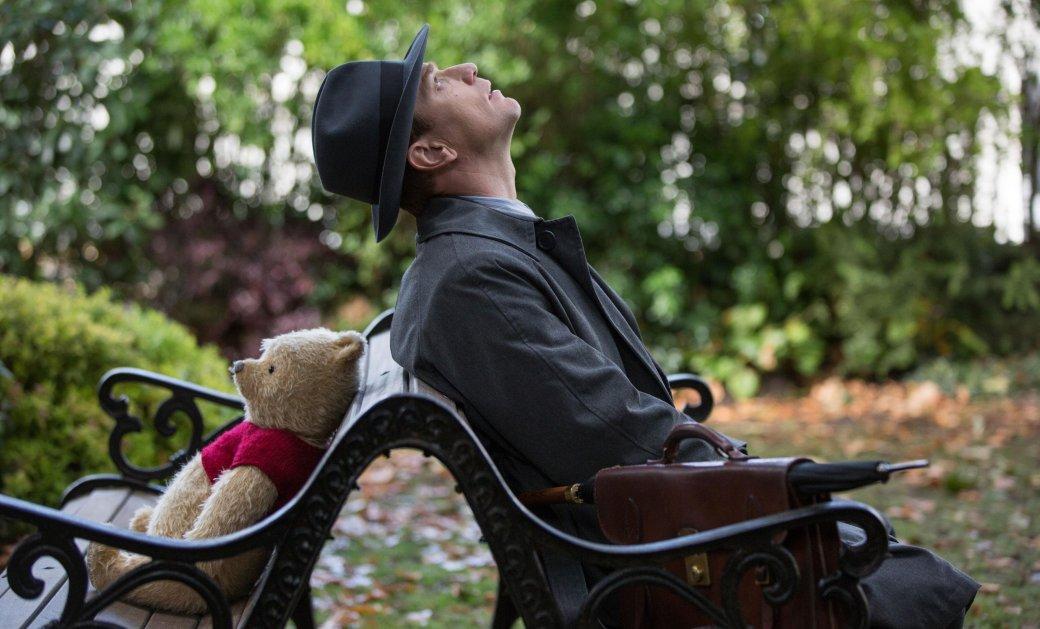 2августа внаших кинотеатрах прошла премьера фильма «Кристофер Робин»— вольная фантазия натему взрослой жизни всемирно известного мальчика иего зверинца изСтоакрового (Большого) леса отрежиссера Марка Форстера. Лента представляет собой полуреалистичную-полумультяшную семейную драму, наглядно показывающую взросление иновую жизнь Кристофера вдали отего детских игрушек. Поучительную, нодожути банальную.