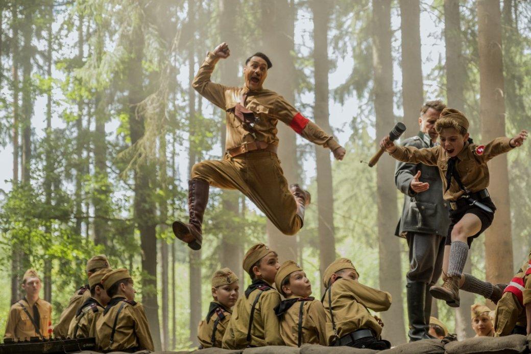 25сентября стало известно, что «Двадцатый Век Фокс СНГ» решила невыпускать вроссийский прокат «Кролик Джоджо» Тайки Вайтити. Это черная комедия овременах Второй мировой, одним изгероев которой выступает Адольф Гитлер (его играет режиссер).