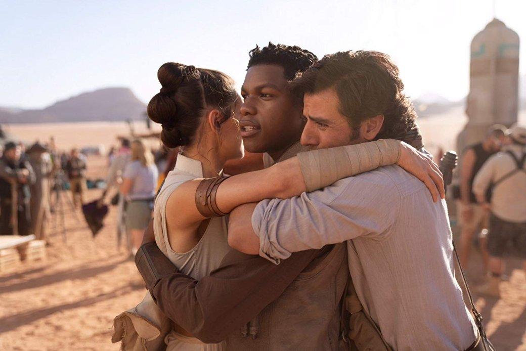 19декабря нароссийские экраны вышел фильм Star Wars: The Rise ofSkywalker— девятый, заключительный эпизод основной саги, известный унас как «Звездные войны: Скайуокер. Восход». Несекрет, что укартины Джей Джей Абрамса самые низкие оценки критиков вновой трилогии, даизрители, мягко говоря, неввосторге (наMetacritic уленты сейчас равное количество положительных иотрицательных зрительских отзывов). Но, может быть, онапонравилась хоть кому-то вредакции «Канобу»?