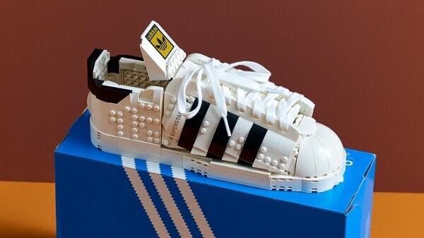 LEGO представил конструктор в виде полноразмерных кроссовок Adidas Superstar