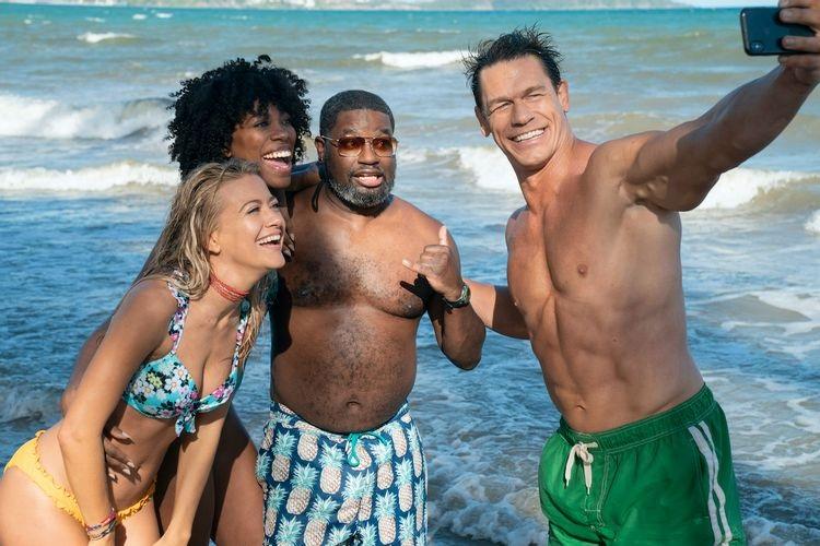 Появился первый кадр комедии «Друзья поотпуску» сДжоном Синой напляже вплавках
