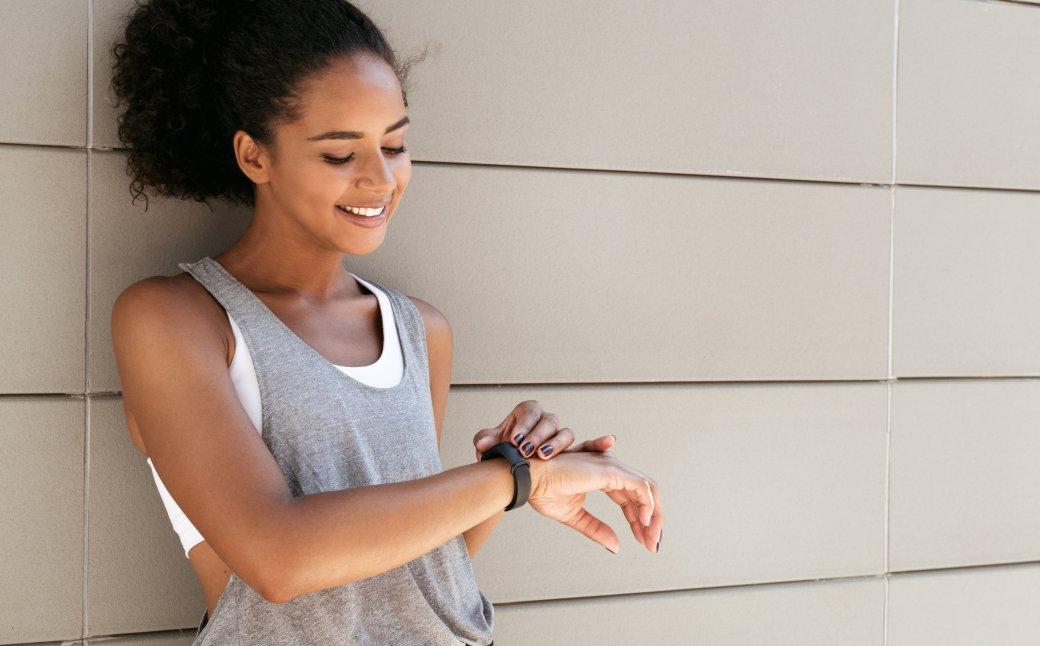 Вэтой подборке собраны достаточно дорогие  фитнес-трекеры с точным измерением пульса, сердцебиения и давления. Они подойдут для занятий спортом, серьезных физических нагрузок, впутешествиях, походах итак далее. Естественно, ихможно носить ипросто так, если вам нравится дизайн, цена ивозможности. Фитнес-браслеты расположены повозрастанию цены.