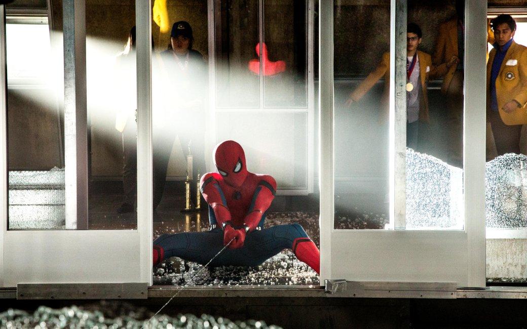 6июля внаших кинотеатрах стартовал «Человек-паук: Возвращение домой», срецензией без спойлеров мыразобрались, пора браться занеудобные вопросы— скучей жестких спойлеров. Ябыл уверен, что ненаберу идесятка придирок, ностоило сесть ивсерьез задуматься над тем, что мыувидели, оказалось, что кэтому фильму уменя вопросов куда больше, чем к«Трансформерам 5» или «Чужому: Завет». Думаю, причина втом, что яочень люблю Паука.