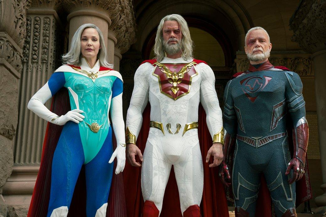 Седьмого мая на Netflix вышел первый сезон «Наследия Юпитера» (Jupiter's Legacy) – сериала по одному из самых долгоиграющих комиксов Марка Миллара («Кингсман», «Пипец»). Это новая попытка деконструировать супергеройский жанр, над которым уже успел поиздеваться Amazon в популярном сериале «Пацаны». У Netflix получился сериал  про супергероев и в реалистичном ключе, но без саркастичного юмора и социальных обобщений. Объясняем, почему на «Наследие Юпитера» стоит обратить внимание на фоне «Пацанов» и других успешных деконструкций комиксов.