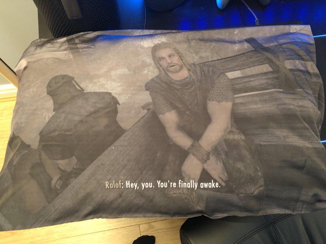 Энтузиаст подарил своему другу подушку с принтом вступительной сцены из Skyrim