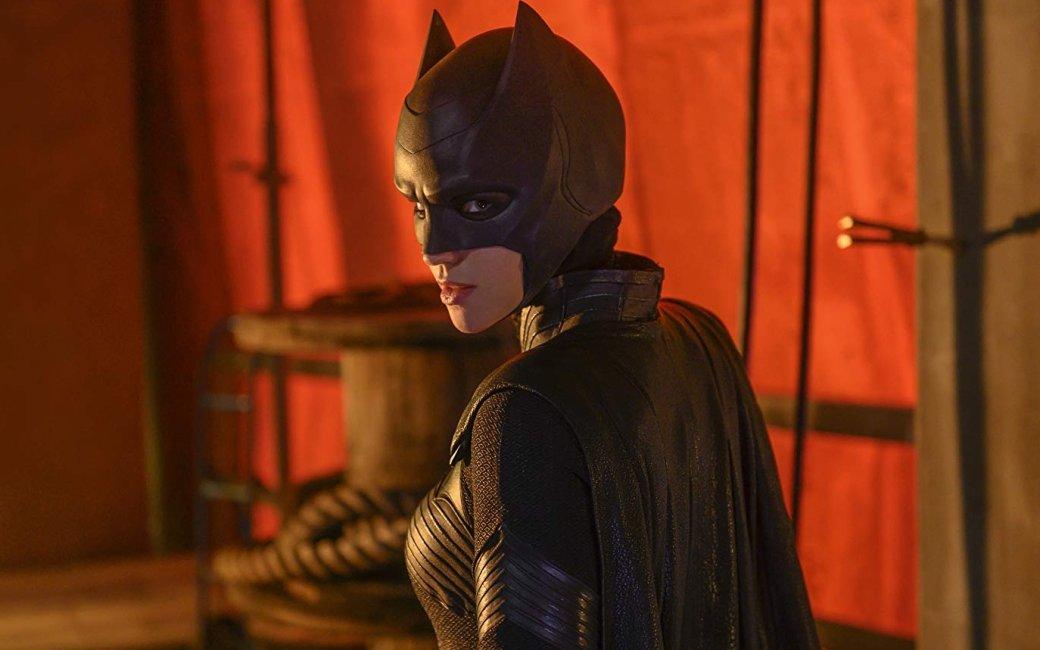6октября выходит пилотный эпизод нового сериала The CW— «Бэтвумен» (Batwoman). Это непервое появление Кейт Кейн вовселенной Стрелы— героиня уже мелькала вкроссовере «Стрелы», «Супергерл» и«Флэша»— «Иные миры». Она запомнилась зрителем ярко-красным париком и, собственно, австралийской моделью иЛГБТ-иконой Руби Роуз вобразе мстительной лесбиянки.