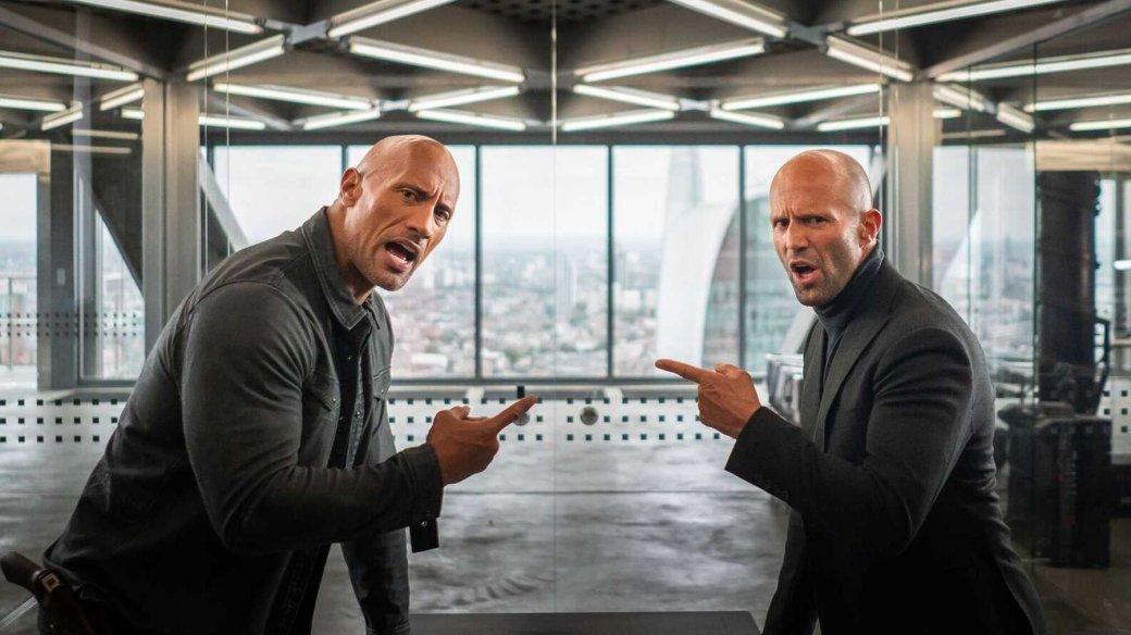 1августа наэкраны кинотеатров выходит адреналиновый боевик «Хоббс иШоу» (Hobbs & Shaw) сДуэйном «Скалой» Джонсоном иДжейсоном Стэйтемом. Бывшие враги вынуждены снова объединиться, чтобы спастимир.