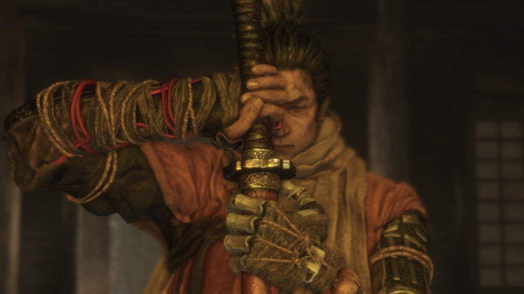 Dark Souls сегодня— непросто серия, асамостоятельный жанр. Сэтим можно спорить, ностудия FromSoftware разделила индустрию на«до» и«после» Dark Souls. Соулс-серия стала самым популярным эталоном сложности среди массовых игр, породила миллион досих пор живых мемов ирастворилась впоп-культуре— даже моя мама слышала про «дарк соулс»! ИFrom непаразитировала науспехе. Все игры серии похожи воснове, новсотнях мелких деталей они далеки друг отдруга: между Demon's Souls иDark Souls 3— пропасть. Релиз Sekiro— очередная веха вистории From. Игра шлет кчертям почти все основы, задает новые стандарты, новсе равно остается уютной изнакомой. Аеще она сложнее любой Souls-игры.