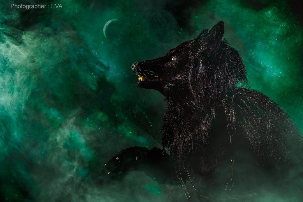 Посмотрите косплей Хелы из «Тора: Рагнарек» с гигантским волком Фенриром!