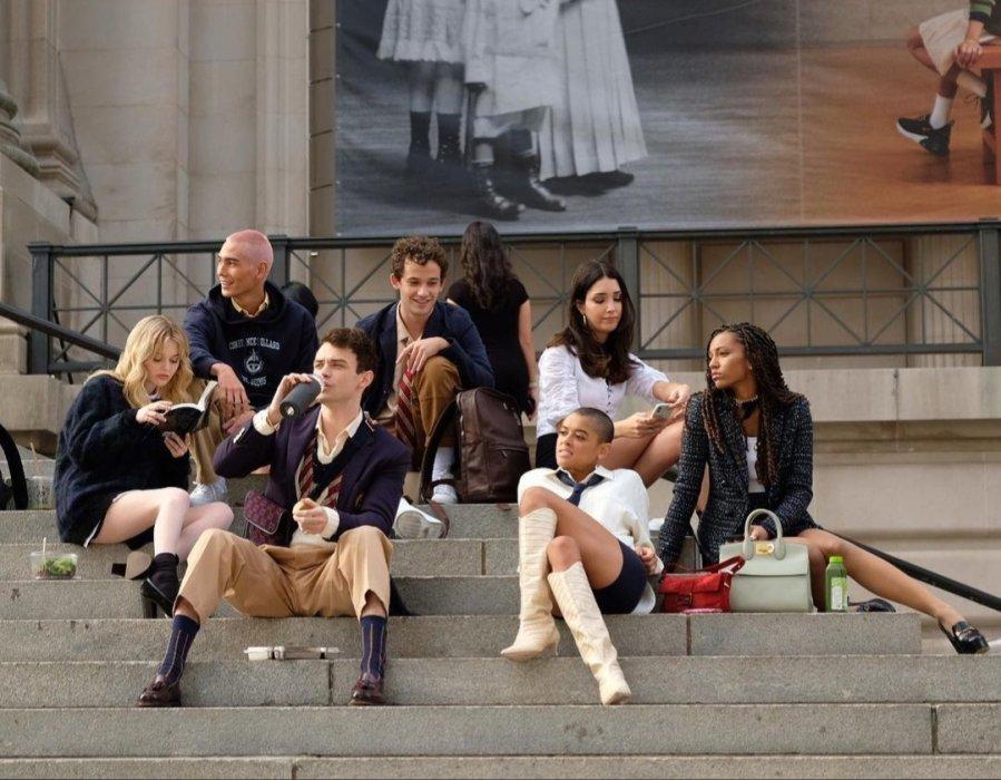 Виюле состоялась премьера пилотного эпизода новой «Сплетницы» (Gossip Girl)— ребута одноименного сериала озолотой молодежи Нью-Йорка, который выходил с2007 по2012 годы. Новые эпизоды рассказывают про молодое поколение учеников элитной манхэттенской школы Constance Billard, среди которых есть свои короли иаутсайдеры. Вкаждом новом персонаже проявляются черты героев, знакомых пооригинальному шоу: Чака Басса, Серены Ван дер Вудсен, Блэр Уолдорф идругих основных действующих лиц оригинальной «Сплетницы». Рассказываем, кто есть кто вребуте исравниваем этих героев сихпрототипами изоригинала.