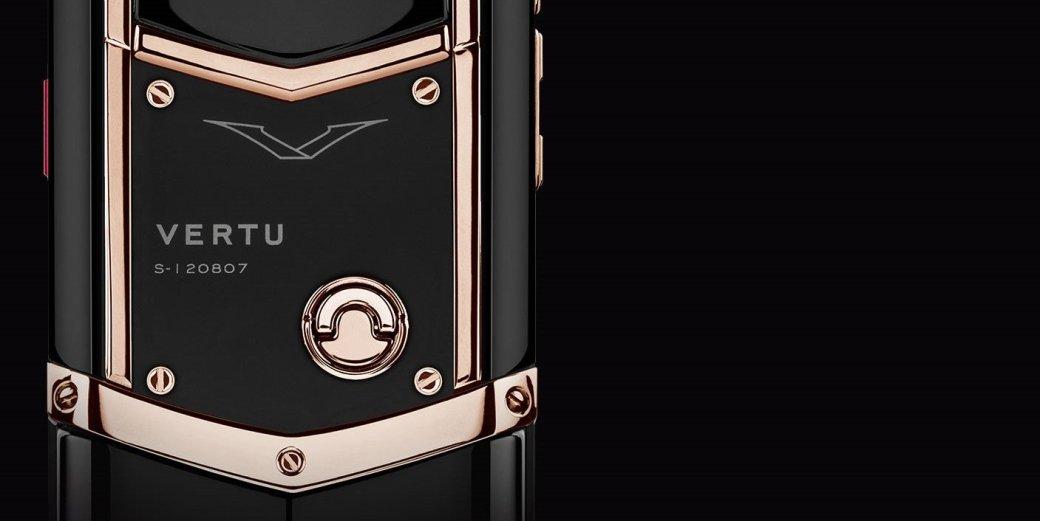На прошлой неделе стало известно, что британский производитель люксовых телефонов Vertu, один из ярчайших символов достатка в России, обанкротился и будет ликвидирован. Две сотни человек уволят, в том числе мастеров, которые выращивали кристаллы сапфира для дисплеев, вручную обрабатывали титановые корпуса и нашивали на аппараты кожу аллигаторов. Совокупный долг предприятия превышает $165 миллионов — примерно столько же стоили бы семь с половиной тысяч смартфонов в комплектации Pure Jet Red Gold со вставками из красного золота.