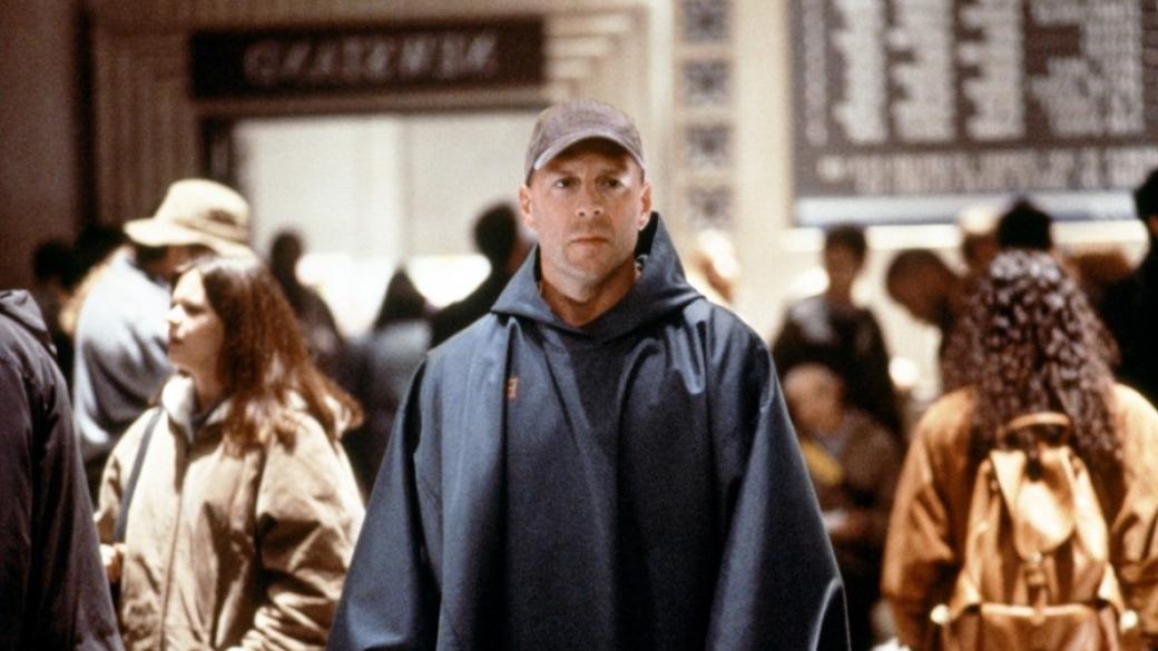 17января вкино вышел фильм «Стекло»— продолжение «Неуязвимого» (Unbreakable) 2000 года и«Сплита» 2016-го. Фильм получился весьма спорным, ивнем режиссерМ. Найт Шьямалан решил повторно показать деконструкцию супергероики как жанра. Новпервые онпопытался разобрать этот жанр еще 18 лет назад.