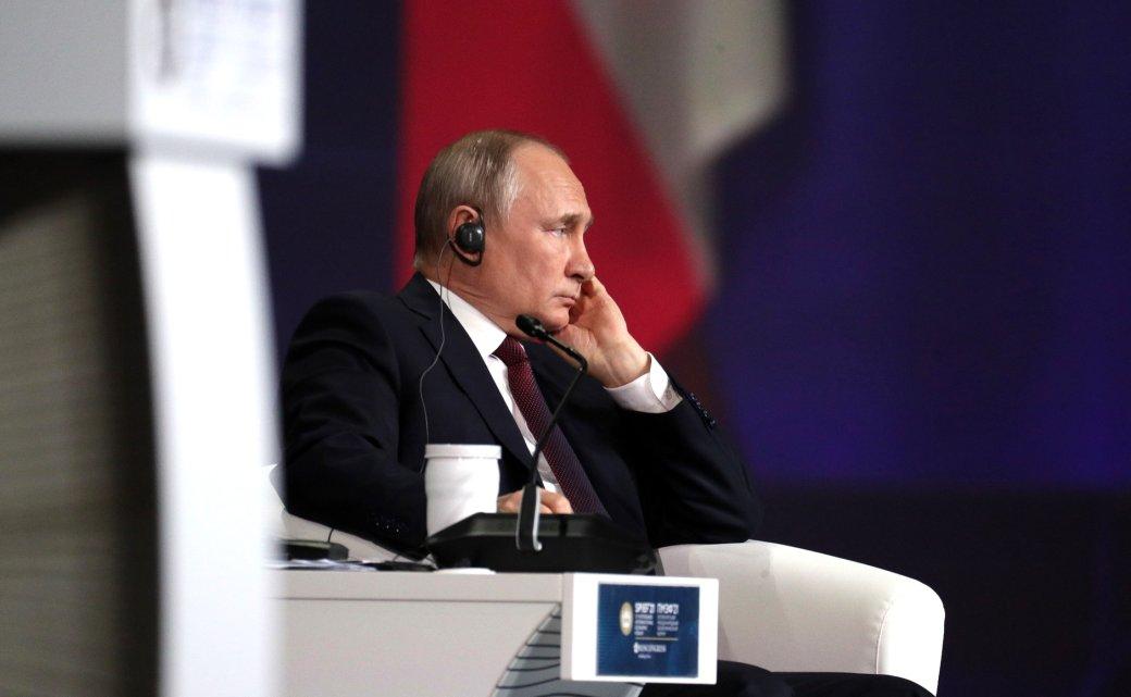 Президент Владимир Путин ответил на вопросы россиян в ходе «Прямой линии». У Путина спрашивали о блокировке иностранных сайтов, ценах на морковь и любимых художественных произведениях. Собрали самые смешные шутки из соцсетей по этому поводу.