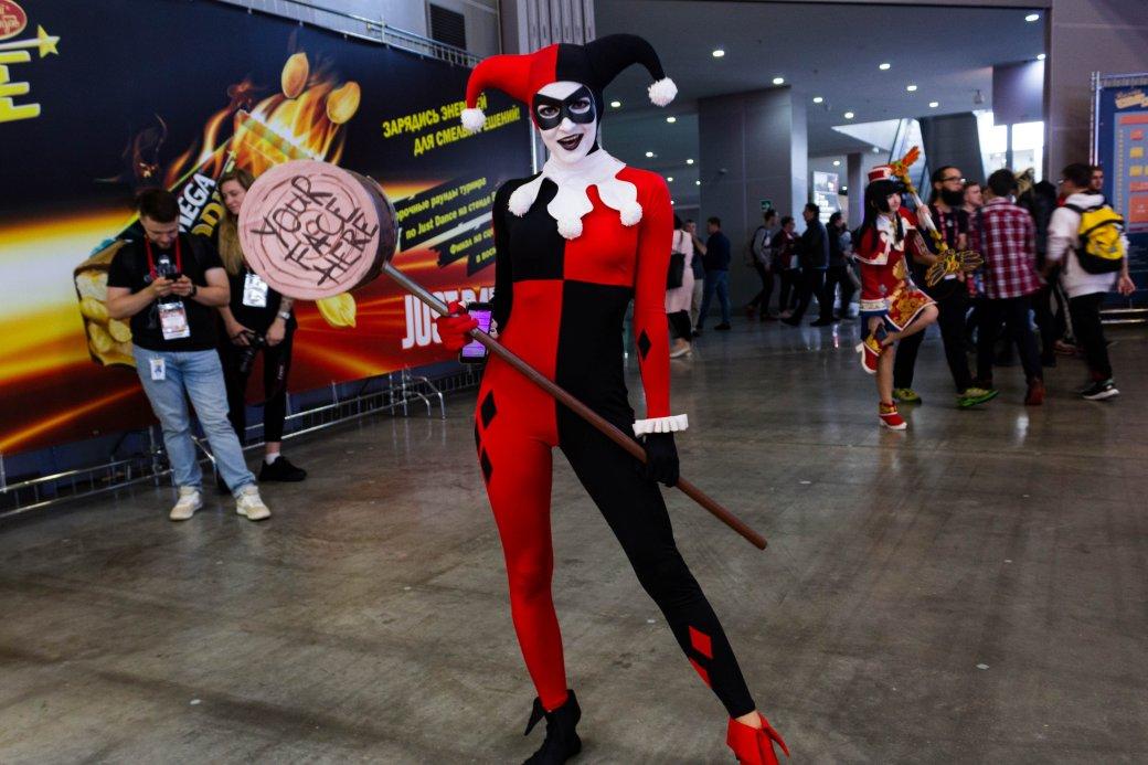Создатель «Черного плаща», косплей итолпы геймеров. Comic Con Russia и«Игромир» 2019. День1