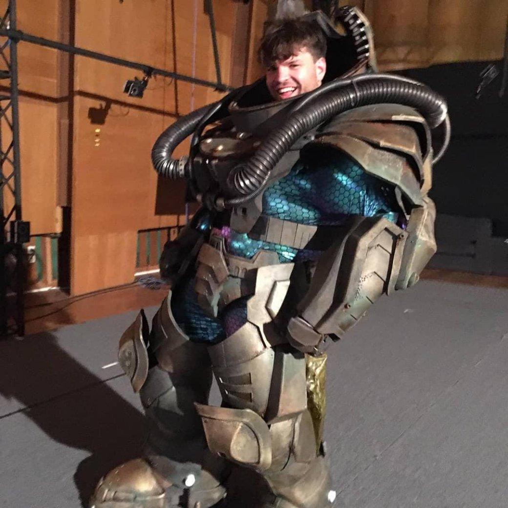 Клинки, крутые позы имеханический костюм— фото сосъемок Kung Fury2