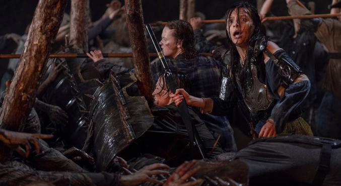 Новая серия «Ходячих мертвецов» (The Walking Dead) оказалась богата насобытия. Мыузнали, чем закончился бой вХиллтопе ипотеряли трех героев. Втом числе— одного изцентральных.