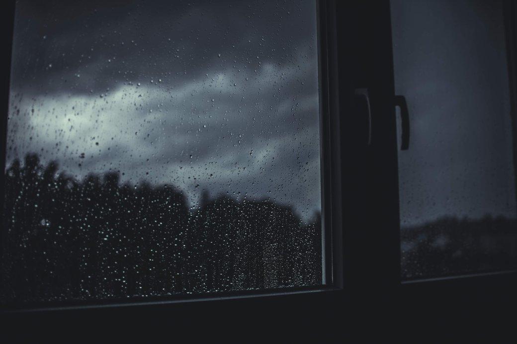После продолжительной жары в Москве 28 июня прошёл сильный дождь, который синоптики и медиа окрестили «суперливнем». В некоторых районах выпало до 70% месячных осадков. Затонувшие машины, станции метро и находчивые москвичи, которые решили искупаться, – всё это на видео пользователей Twitter и Instagram.