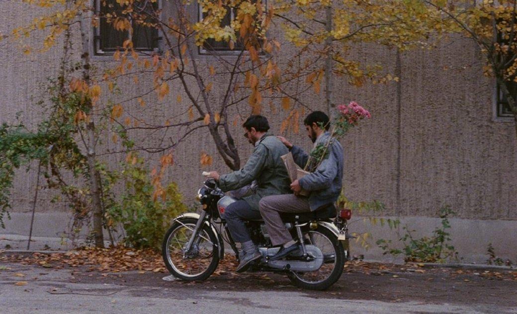 В 1990 году Иран, а позже и весь мир увидел картину Аббаса Киаростами «Крупный план». Это необыкновенное мокьюментари, размывающее грань между реальностью и вымыслом. Рассказываем, как первоклассная работа из фильмографии одного из наиболее знаковых режиссеров Ирана поражает воображение и 30 лет спустя.