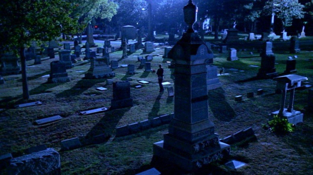 Звезда «Баффи» забрала сосъемок искусственные надгробия. Украшает ими дом наХэллоуин