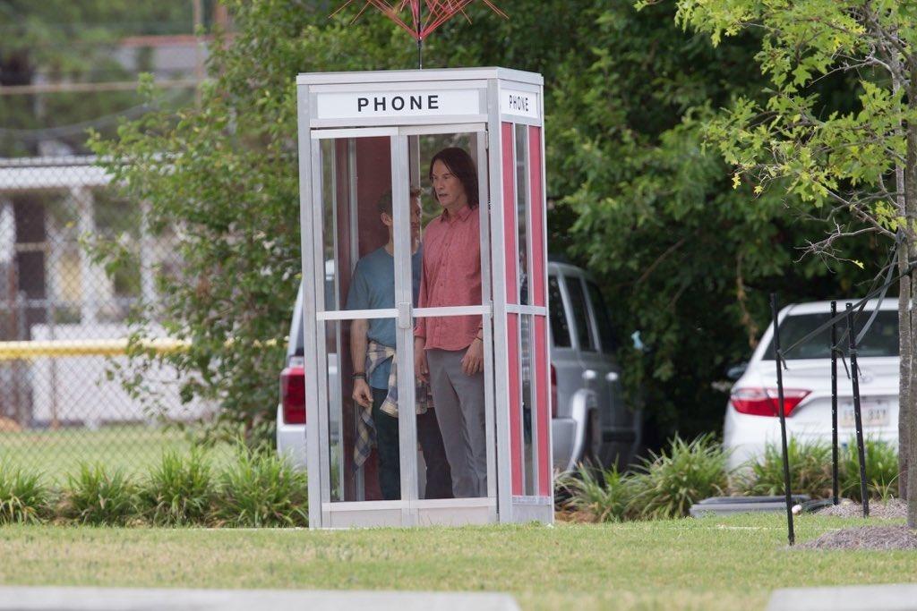 Авот ипервые кадры третьей части «Билла иТеда». Стой самой телефонной будкой!